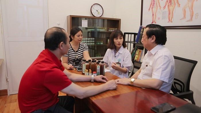 Cùng TTND Nguyễn Hồng Siêm thăm khám cho bệnh nhân