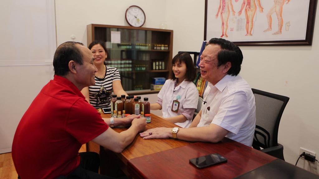 Tiến sĩ Nguyễn Hồng Siêm chứng kiến bác sĩ Phượng thăm khám và hướng dẫn sử dụng thuốc cho bệnh nhân