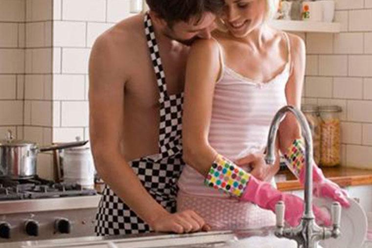 Quyến rũ và đưa chàng lên đỉnh ngay trong nhà bếp