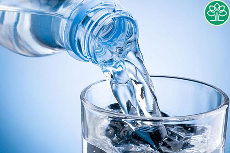 Duy trì thói quen uống nhiều nước để giúp da không bị khô